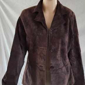 This used brown leather jacket is in great condition.  This jacket is 100% leather and 100% polyester inside. This used brown leather jacket is a button up and purchased in USA. The brand is Brandon Thomas and a size small.   visit debstilbud.dk