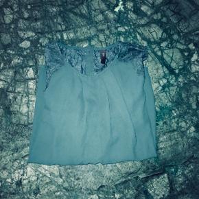 Mørkegrøn bluse fra YAS - brugt få gange  Sælger da jeg ikke bruger den  Velegnet til hverdagsbrug👩🏼💻 Skriv endelig hvis jeg sende et billede med den på  Du kan tjekke mine andre annoncer ud - de kommer op løbende - hvis du køber mere tøj på en gang kan vi forhandle til en billigere merpris 💰 Du kan også få et armbånd af farve rosa, grå eller mørkegrøn, lavet af mig med i prisen hvis du køber mere end 2 stk tøj 🌸