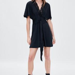 Fineste kjole med bindebånd og blonder fra Zara i det blødeste, lækreste materiale.  Det er en størrelse L, men kan anvendes af alle alt fra S-L, da den kan bindes ind.  Den har aldrig været brugt.