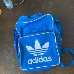 Fed Adidas rygsæk med blads til både bøger og computer. 1 stort rum bagerst med en lomme. Forrest et mindre rum