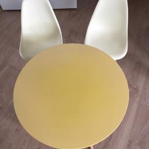 """2 stk stole og 1 stk bord ala """"Eames"""" Stolene har brug for en klud og en tur med skruetrækkeren.. Bordet er falmet på bordpladen men kan peppes op af en krea DIY.."""