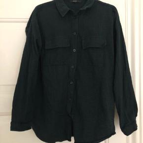 """Super fin tyk skovmandsskjorte. Brugt et par gange. Er mørkegrøn med """"striber""""."""