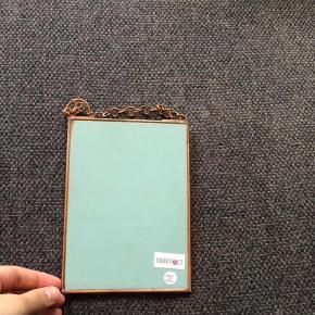 Lille spejl til ophæng, kobberfarvet. 18x13 cm.  Spejl Farve: Ukendt