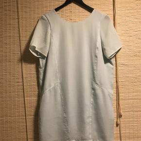 Smuk silke agtig løs, kort kjole med høj hals og dyb ryg.