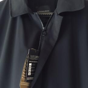 Mega billigt lækker jakke😊  Klassisk sort, flot tidløs jakke/ frakke i str. M fra J. Lindbergh i moderne pasform er let, vand og vindafvisende, har 2 håndlommer med lynlås i siden og 2 lynlåslommer indvendigt . Ny, aldrig brugt.  Hvis du er interreseret i den jakke/ frakke fra Lindbergh str. M sender jeg gerne nøjagtige mål og flere fotos.  Sælges pga., at den er for lille til min mand, tages ikke retur, pris plus fragt .  Kom eventuelt med en realistisk byd😊  nye sneakers/ sko fra Hi-tec  i størrelse 42 følger ikke med men kan tilkøbes.  Mængderabat gives, se også mine sko, tasker og tøjtilbud 😊   jakke/ frakke i størrelse M fra  Lindbergh