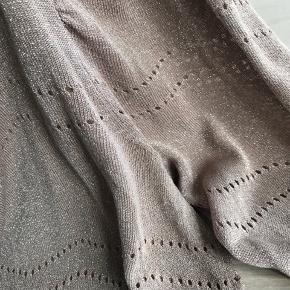 Lyse brun/beige tynd glimmer strik med bred elastik på ærmerne. Puf ved skulderne