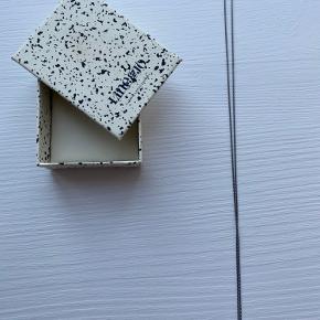 Smuk Line&Halskæde 'Miss Normann Gray' Sælges da den ikke bliver brugt  Har været brugt et par gange men er fuldstændigt som ny.  Æske medfølger.  Mål:  Hele kædes længde: 53 cm Hjertet måler 7x7 mm