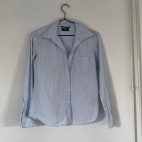 Lækker skjorte fra Filippa K. Brugt en gang. Det er en størrelse m, men passer dog mere en xs-s