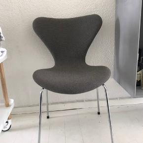 Polstret Arne Jacobsen 7'er stol  Blød i ryggen, derfor mest brugt som pynt :)
