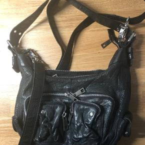 Leather bag from Nunoo in a very good condition, looks almost as new. The inside has no damages or spots either. Would like to show, but can only put up three picture.