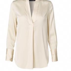 Den smukkeste Malene Birger Ayoh silkeskjorte sælges eller byttes til mindre størrelse. Min er creme farvet billed 2 viser hvordan skjorten sidder på i farven grøn.