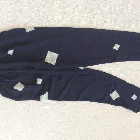Mørkeblå med ofwhite firkanter. Elastik i taljen, lommer og baglommer. Den kendte fine kvalitet. Str M