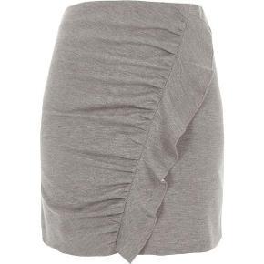 Varetype: Nederdel Størrelse: 10 Farve: Grå Oprindelig købspris: 220 kr.  Flot grå nederdel - aldrig brugt. Jeg er 1,70 og den går mig ca 5 cm over knæet.                stof: 81 % polyester, 16 % bomuld