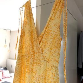 Fin maxi-sommerkjole 🌼 Aldrig brugt. Snørrer oppe ved skuldrene, som kan strammes ind.