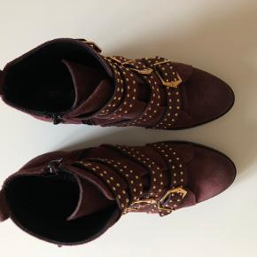 Fede og lækre støvler fra Sofie S. De er kun brugt en enkelt gang da de desværre er lidt for små til mig. Nypris 1699kr.