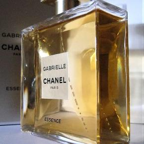 Helt ny GABRIELLE CHANEL GABRIELLE CHANEL ESSENCE 100ml. Købspris 1160kr   Cremet kokos, nærmest honning udgave af den originale Gabrielle. SÅ SMUK, varm, erotisk og forførende.   Notes: (Top) citruses, petitgrain, red fruits, black currant, peach; (Heart) tuberose, jasmine, orange blossom, ylang ylang, white flowers, coconut; (Base) musk, sandalwood, vanilla.