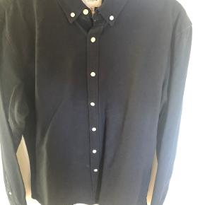 Lækker klassisk skjorte fra Pull & Bear i oxford kvalitet.  Farve: Ensfarvet mørkeblå Kvalitet: 100% Bomuld  Bredde: 58cm. (Bryst) Længde: 81cm. (Ned over ryggen) Ærmelængde: 54cm. (fra armhulen og ned til manchetten)