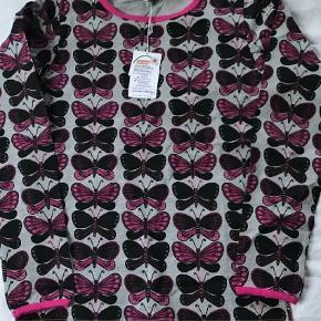 Varetype: Bluse Farve: Grå,Pink,Sort  Ny bluse med sommerfugle, str 11-12 år. Stadig med mærke.   Mp 100pp