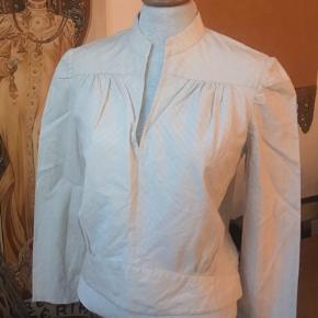 Skjorte /tunika str 10 fra Marc Jacobs i lys beige med glimmertråde i samme farve. Lille puf på ærme ved skulder   Brugt få gange