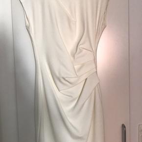 Jeg har købt og brugt kjolen som brudekjole. Brugt en enkelt gang. Nypris er 1500kr. Fra røg- og dyrefrit hjem.