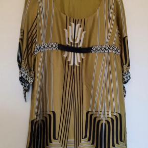 """BYD!!!! Farve: Guld med sort/hvid mønster Oprindelig købspris: 1500 kr. Klassisk og super lækker silke kjole fra Hale Bob.  Meget fine """"binde"""" detaljer ved ærmet.  Kjolen falder super flot og er meget meget lækker at have på!  Kvaliteten er 100% silke.  Har været på 2 gange så fremstår som ny"""