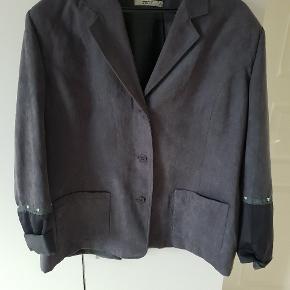 Super fin bæser/jakke sælges  Jeg tror aldrig den har været brugt Da den er lidt for stor til mig .