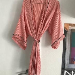 Silkekåbe / kimono fra the Sophie  i det blødeste silkemateriale, har 3/4 ærmer og bindebånd.  Farve: Rosa Oprindelig købspris: 2000 kr.