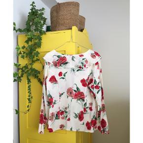Smukkeste vintage bluse med roser, købt i Amsterdam. Skjorten har den fineste krave. Str 38. 100% rayon. Blusen fremstår som ny bortset fra den lille plet ved den ene armhule. Har ikke forsøgt at fjerne den og ved ej heller om det kan lade sig gøre. Ses dog ikke når blusen er på. Fantastisk til sommeren ☀️. #trendsalesfund