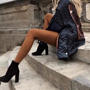 Sorte støvler i ruskind. Hælhøjde 8,5 cm.  Støvlerne er i super fin stand, dog med meget små brugsspor da det er ruskind.   Handler via MP og sender med DAO