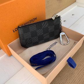Louis Vuitton - pochette cles  Købt online d. 19/02-20 og er brugt nogle gange   Pris: 1200,-   Kasse, dustbag, bånd og online kvittering medfølger   Se også over 200 andre nye produkter, som jeg har til salg herinde :-)