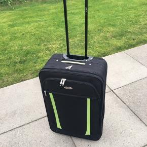 Kuffert med 2 hjul B: 40,5 cm H: 64 cm dybde: 25 cm Mærke: Units