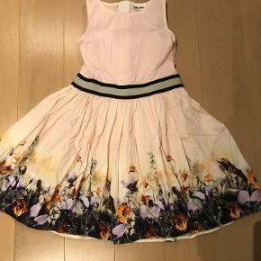 Den sødeste kjole med små dyr og blomster nederst på kjolen