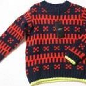Varetype: sweaterStørrelse: 5-6år Farve: blå, rød Oprindelig købspris: 550 kr.  Rigtig flot sweater fra Mads Nørgaard. Sweateren er brugt meget lidt, og fejler intet! :)