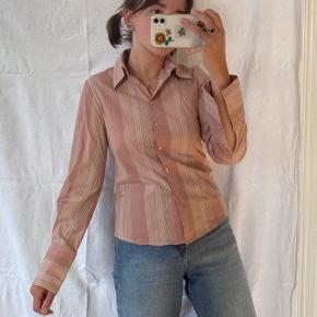 Lyserød vintage skjorte med striber. Med 3% elastan, så den er strækbar. Ses på en størrelse S på billederne.  Se også mine andre annoncer, jeg giver mængderabat🧚🏼♀️✨  Søgeord: vintage, retro, genbrug  #Secondchancesummer