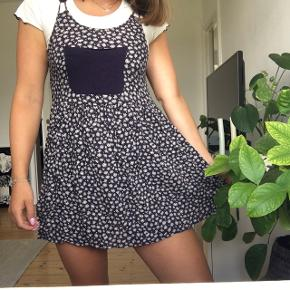 Fin kort kjole med lomme fra Pins and Needles. I rigtig fin stand!  #trendsalesfund