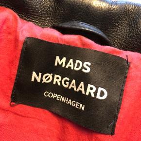 Super fed læderjakke fra Mads Nørregaard. Det er en herrestørrelse S, som passer en 36/38. Jakken er brugt meget få gange og er stadig 'stiv' i læderet. Nypris var 4000 kr.