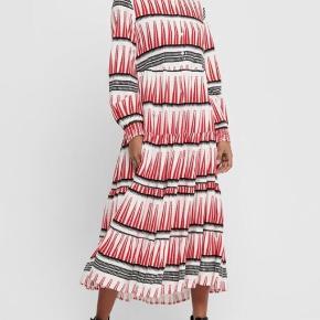 Maxi kjole, kun brugt én gang og fremstår derfor som helt ny! Brystmål: 2 x 55 cm Længde: 125 cm Bytter ikke