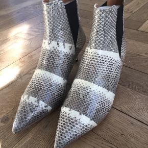 Super fede slangeskinds støvletter fra By Malene Birger. Aldrig brugt, desværre købt for store