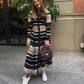 Sælger min fine Massimo Dutti kjole. Den er købt i sommers i Barcelona og er kun brugt en enkel gang.  Er åben for bud. Nypris 1200