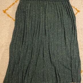 Strikket plissé nederdel med glimmer og elastik i taljen.   Helt ny.     #30dayssellout