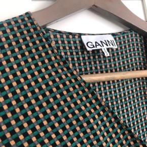 Ganni wrap dress, str. 34, dog justerbar i størrelsen grundet bindebånd. Prøvet på, aldrig brugt. Sælges da jeg ikke får den brugt. Byd gerne 🎈