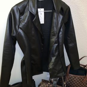 Helt ny blazer, læder look, stadig med prismærke, sælges billigt. 90kr. Nypris var 299,-
