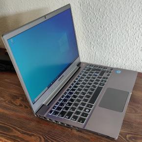 """Pæn og velholdt Samsung Chronos Series 7 fra 2014. Med super specifikationer, fx 14"""" HD+ skærm med høj opløsning, hurtig 2.5 GHz Intel i5 processor, 8 GB RAM, SSD harddisk med 256 GB plads Intel GT630  grafikkort med GDR5 ram, kortlæser, USB 3.0, DK tastatur med baggrundsbelysning, indbygget DVD-brænder, indbygget WiFi, Bluetooth og HD weckamera og mikrofon.  Med Windows 10 professionel samt Office. Stadig godt batteri og hele computeren virker fejlfrit. Alt er opdateret, og den er klar til brug :-) Starter lynhurtigt op og kan anvendes til at fra studiet, multimedier og spil. Original oplader medfølger.."""