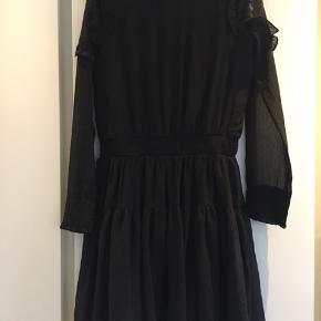 Helt ny kjole. Virkelig sød model. Passede ikke alligevel. Stadig med prismærke på 299,95.  Sød blondedetalje ved skuldre.  Ikke gennemsigtig - kun på ærmestykkerne.  Rib ved håndled og talje.