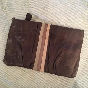 Sød læderpung med to rum fra Becksöndergaard. Det er også muligt at bruge den som en clutch med det tilhørende hang. I en meget fin stand.   Kan sende for 20kr i fragt