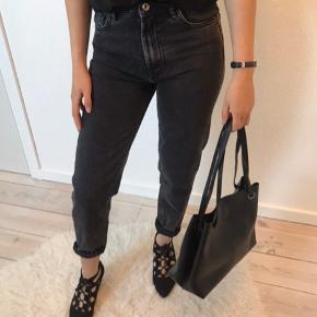 Korte denim bukser i grå/slidt look. En størrelse 32 fra Zara, aldrig brugt da de dsv. er for små til mig!