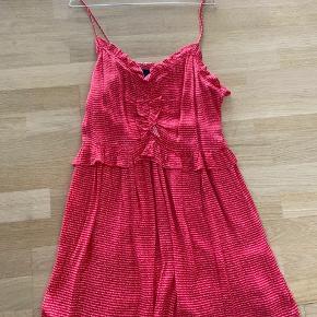 Super sød sommerkjole i den flotteste røde farve fra designer remix str. 38