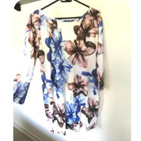 Kjole med blomster fra Wish  • Str. M/L (tætsiddende) • Aldrig brugt • Mp. 50 kr • Sender med DAO 33 kr og det på købers regning  P.s. tager ingen billeder med tøjet på!