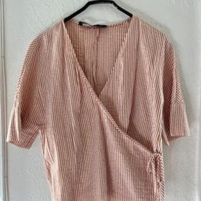 Zara bluse s -længde: 55 bryst: 50 - fast pris -køb 4 annoncer og den billigste er gratis - kan afhentes på Mimersgade 111 - sender gerne hvis du betaler Porto - mødes ikke andre steder - bytter ikke