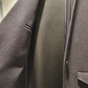 Flot og super lækker frakke med guldknapper og fin lynlås detalje i siderne. Perfekt som overgangsjakke eller til en kølig sommeraften. 41 over skulder, 54 over bryst, 105 lang